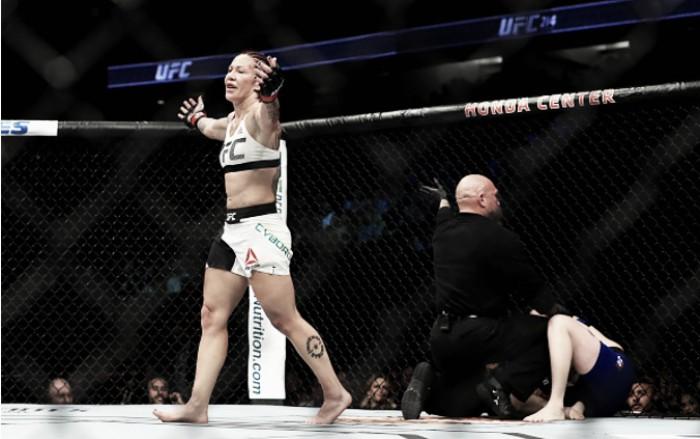 Cris Cyborg domina Tonya Evinger, nocauteia e conquista cinturão dos penas no UFC 214
