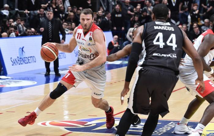 Lega Basket - Pesaro esce dalla crisi contro Sassari, la Virtus si aggiudica il derby con Reggio Emilia