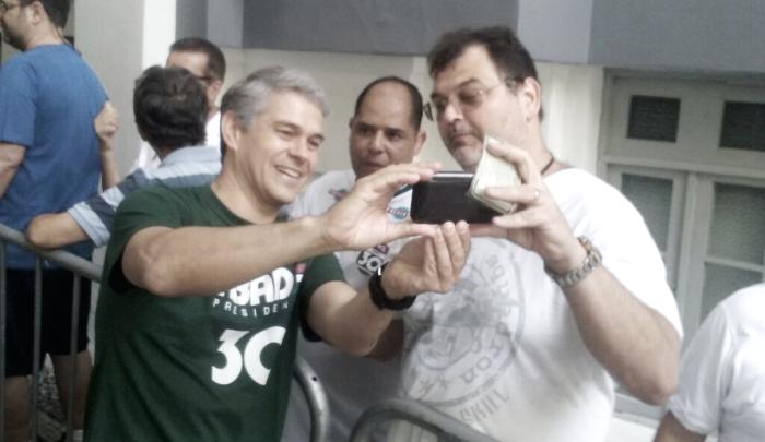 Peter Siemsen é saudado por torcedores na eleição presidencial do Fluminense