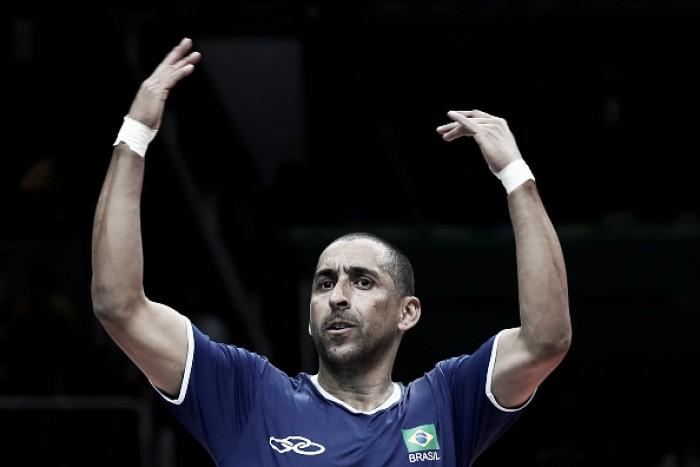 Serginho se emociona após conquista do ouro olímpico e deixa camisa na quadra do Maracanãzinho