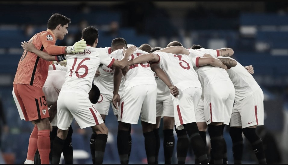 Piña de los jugadores antes del comienzo del encuentro | Foto: Sevilla FC