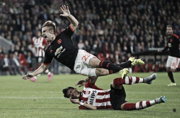 United, danno e beffa contro il Psv. Perde Shaw e subisce la rimonta degli olandesi