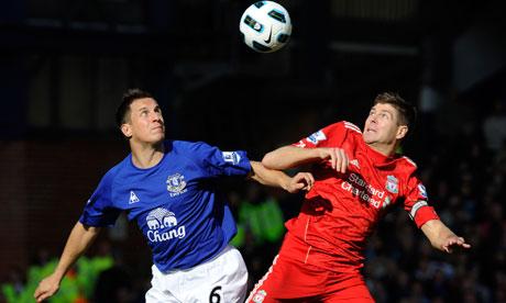 Everton y Liverpool empatan en un atractivo y polémico derbi