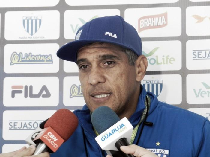 """Silas comemora vitória e aumento da confiança do elenco do Avaí: """"Estão crescendo"""""""