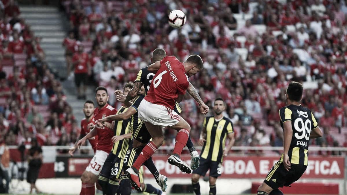 Fenerbahçe recebe Benfica buscando reverter resultado e definir quem vai ao mata-mata da UCL