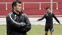 """Almirón: """"Vamos a ir a ganar con total seriedad"""""""