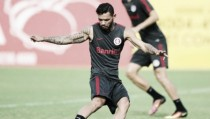 Atacante Carlos volta aos treinos no Inter após se recuperar de cirurgia na mão