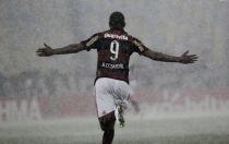 Sob forte chuva, Flamengo vence Vasco em clássico disputado e tenso no Maracanã