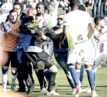 Ligue 1 - Follia a Bastia, aggrediti i giocatori del Lione: partita sospesa, i corsi adesso rischiano pesante