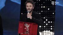 Festival di Sanremo, Nek trionfa nella serata delle cover