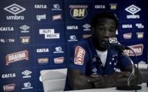 """Mirando títulos, zagueiro """"Kunty"""" Caicedo é apresentado no Cruzeiro"""