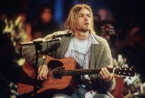 Subastan el cardigan y un mechón de pelo de Kurt Cobain