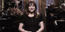 Dakota Johnson presenta 'Saturday Night Live' con sus padres en el público