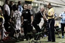 """Irritado com jogo parado, Dorival esbraveja: """"O jogo foi amarrado, truncado. Não deixaram correr"""""""