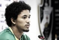 Formado na base e de contrato renovado, volante Douglas Luiz celebra titularidade no Vasco