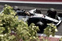 Hamilton lidera primeiro dia no Bahrain e Mclaren volta a sofrer com problemas no motor