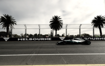 Lewis Hamilton saca músculo en la primera jornada