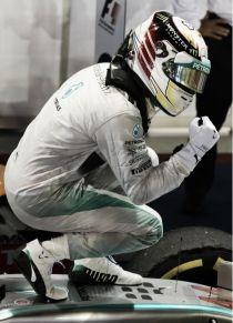 Lewis Hamilton ilumina la estrella de Mercedes en la noche de Singapur