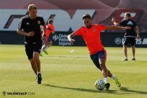 El Valencia realiza el último entrenamiento antes de viajar a Austria