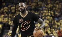 Nba, LeBron James rinnova con i Cavs per cento milioni fino al 2019