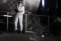 Nico Rosberg, nuevo líder del mundial, brilla bajo la noche de Singapur