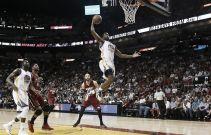 Resumen NBA: Los Warriors asaltan Miami y Chicago sucumbe ante los Nuggets