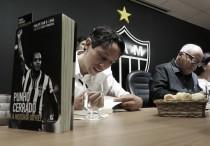 Com presença de Daniel Nepomuceno, Reinaldo lança livro na sede do Atlético-MG