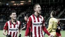 PSV suma y aprieta al Ajax