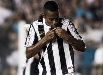 Com golaço de Robinho, Santos vence Coritiba na estreia de Enderson na Vila Belmiro