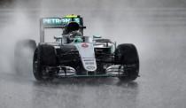 Rosberg arrebata la pole a Hamilton en el último momento de una caótica clasificación