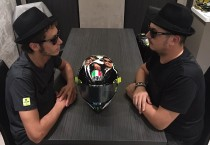 Rossi a Misano con un casco in stile Blues Brothers