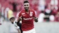 """Vitinho não dá pistas sobre seu futuro, mas destaca: """"Ficaria no Inter com o maior prazer"""""""