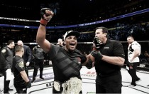 Cormier finaliza Johnson no UFC 210, que se aposenta após derrota