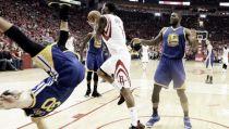 Curry sufre un golpe en la cabeza pero logra volver al partido