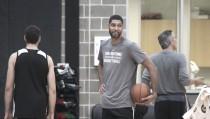 Tim Duncan aparece por sorpresa en el entrenamiento de Spurs