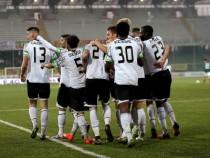 Il Cagliari vince e torna a primeggiare, si ferma il Crotone. Cadono malamente Spezia e Pescara