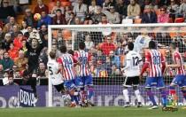 El Sporting deja al Valencia contra las cuerdas