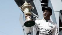 Vuelta al 2015. GP de Gran Bretaña: Lewis Hamilton, profetabajo la lluvia