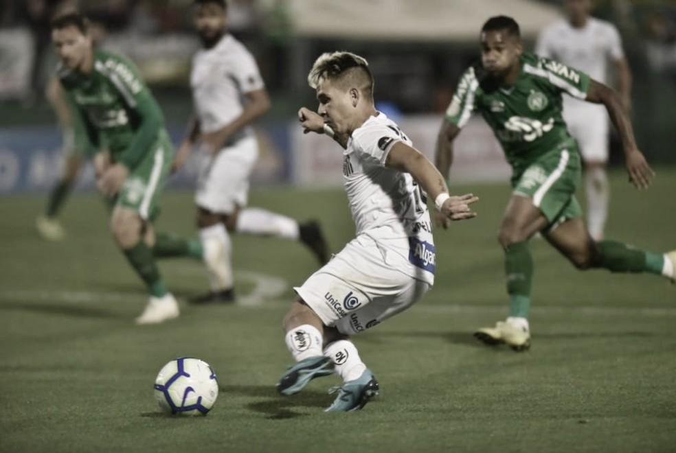 Com gol contra de Gum, Santos bate Chapecoense e dorme na liderança do Brasileirão