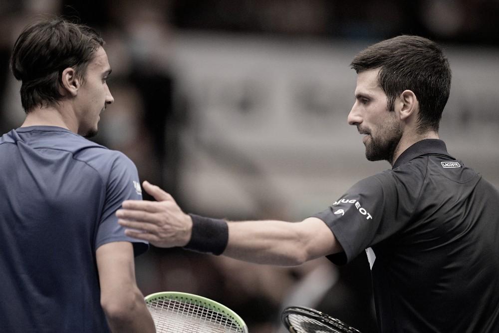 "<p><font face=""Times, serif""><font><b>Lorenzo Sonego (izq.) y el saludo final con Novak Djokovic tras el partido. Foto: ATP Tour Twitter oficial @atptour</b></font></font></p>"