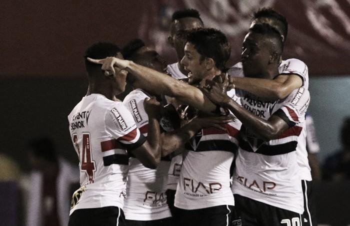 Com dois tempos distintos, São Paulo bate Fluminense de virada e se distancia da degola