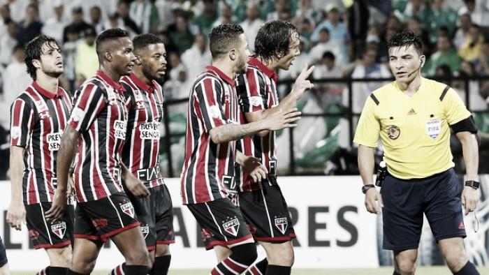 Jogadores são-paulinos reclamam da arbitragem após eliminação da Libertadores