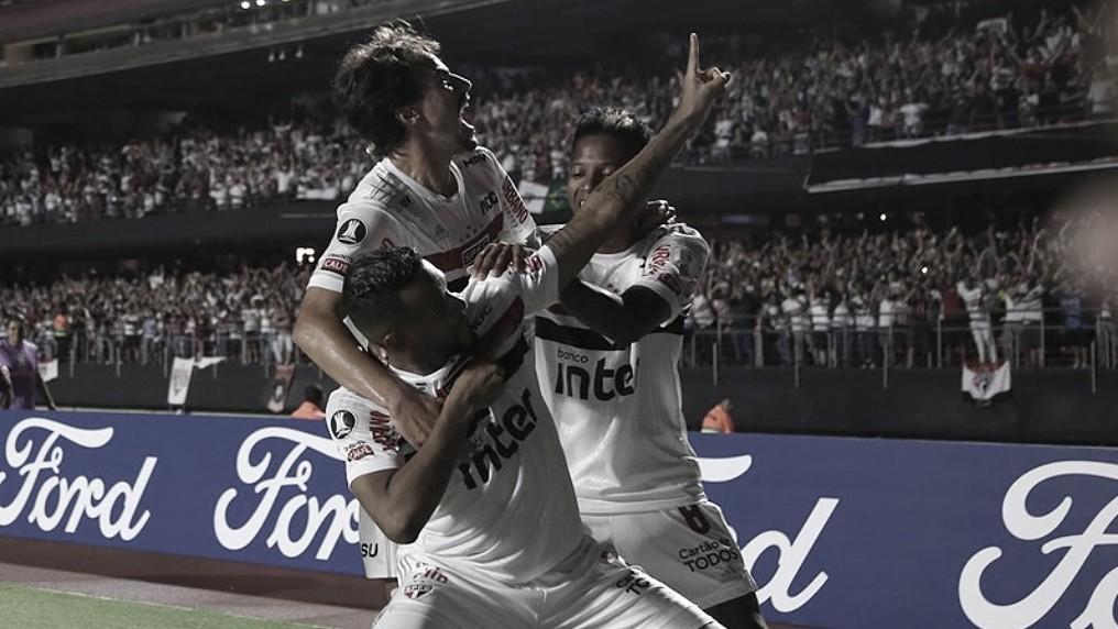 Jogadores do São Paulo homenageiam Luís Fabiano em comemoração
