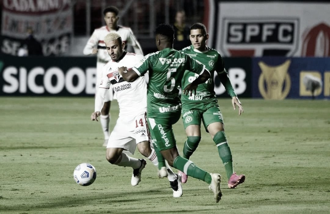 Expulsão contestável de Nestor muda jogo, e São Paulo empata com Chapecoense no Morumbi