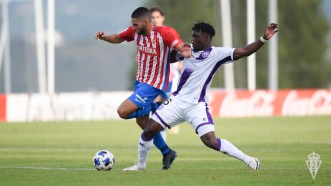 Bikoro disputando un balón. Foto: Sporting de Gijón