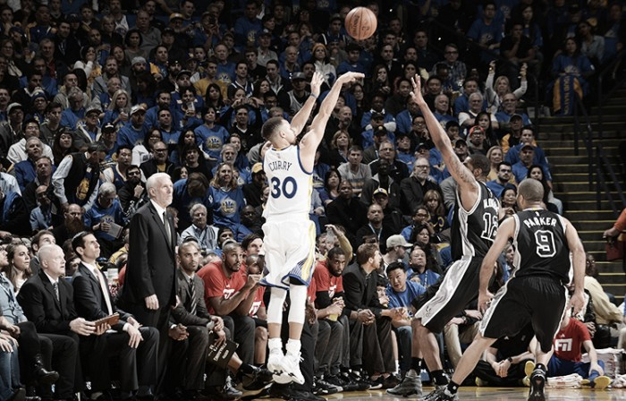 Nba, Curry e i Warriors devastanti anche contro gli Spurs (120-90)