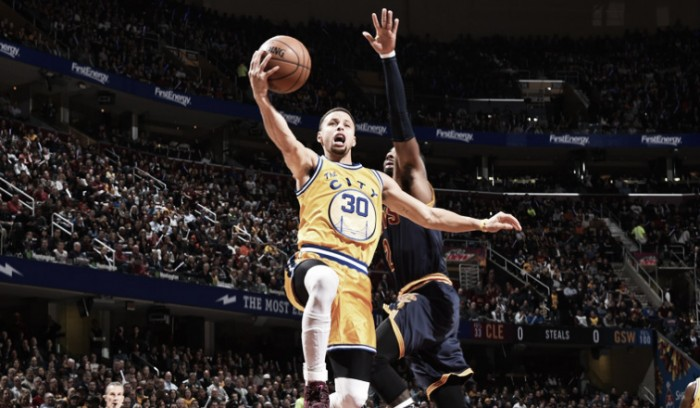 Nba, Curry e i Warriors annichiliscono Cleveland (98-132)