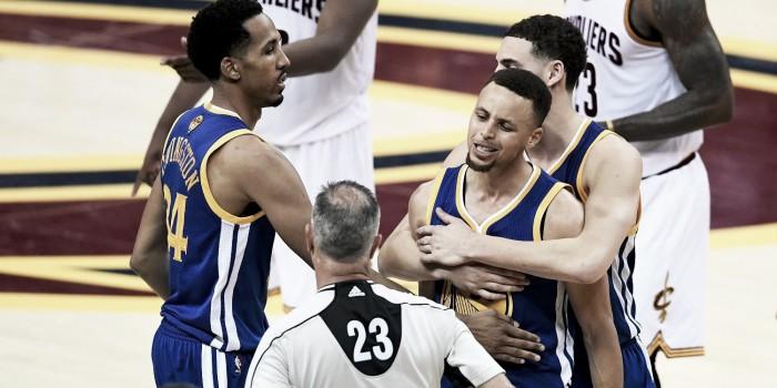 NBA anuncia multa para Curry e Steve Kerr por reclamações após derrota dos Warriors