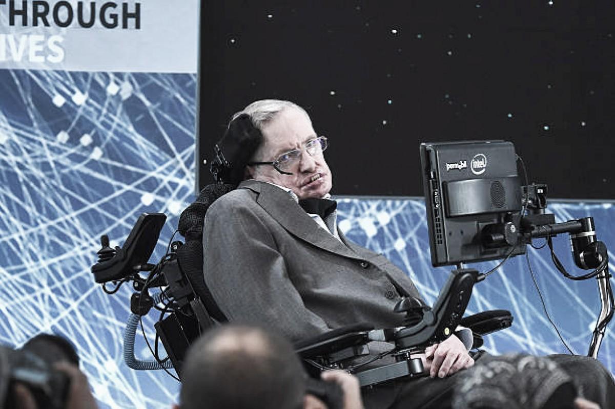 Pênalti perfeito, clima e cor da camisa: as teorias de Stephen Hawking com o futebol