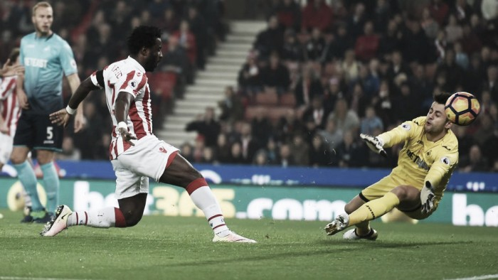 Bony quebra jejum, marca dois contra ex-time e garante vitória do Stoke sobre Swansea